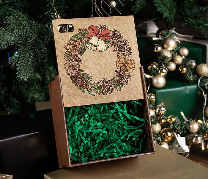 BOX254-2 Новогодняя коробка с рождественским венком, ручная роспись (17*17*10 см) фото 06