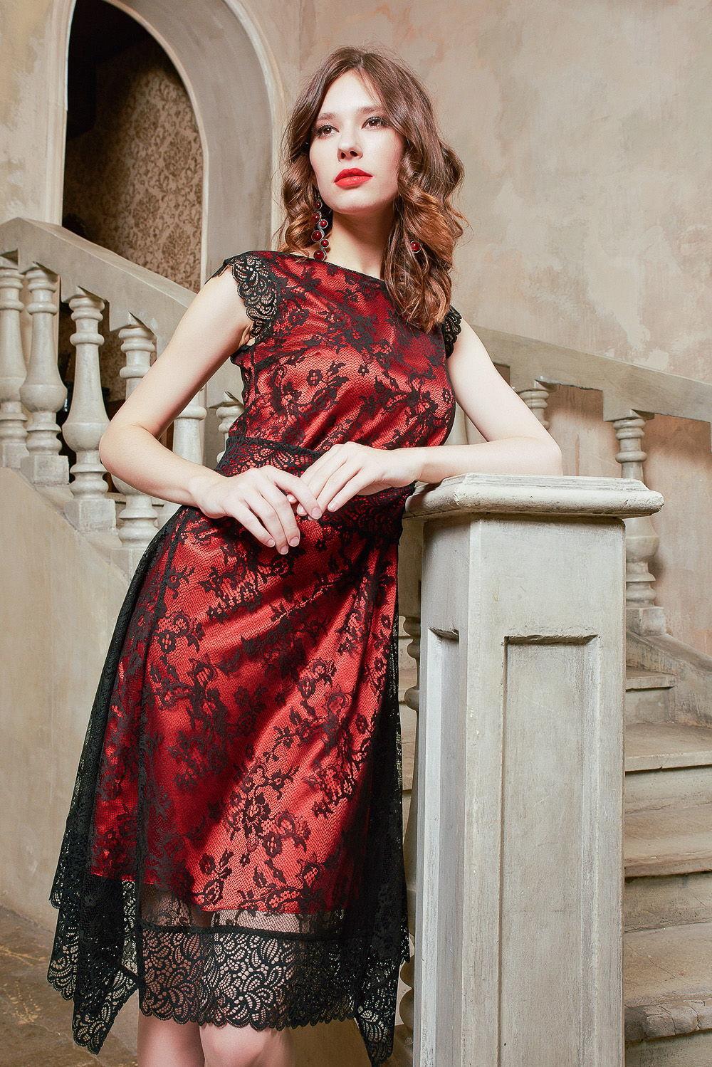 Платье З428-223 - Необычное яркое броское двухслойное платье. Нижний слой выполнен в роковом алом цвете, который сверху обволакивает тончайшее кружевное полотно с изумительным узором.Дополнительную женственность придает декорирование широкой кружевной лентой низа и проймы платья. С помощью пояса четко обозначена линия талии. Кружевные вставки по бокам подола зрительно прорисовывают совершенные пропорции женского тела.Роскошное платье, которое объединило в себе признаки бельевого и гламурного стиля