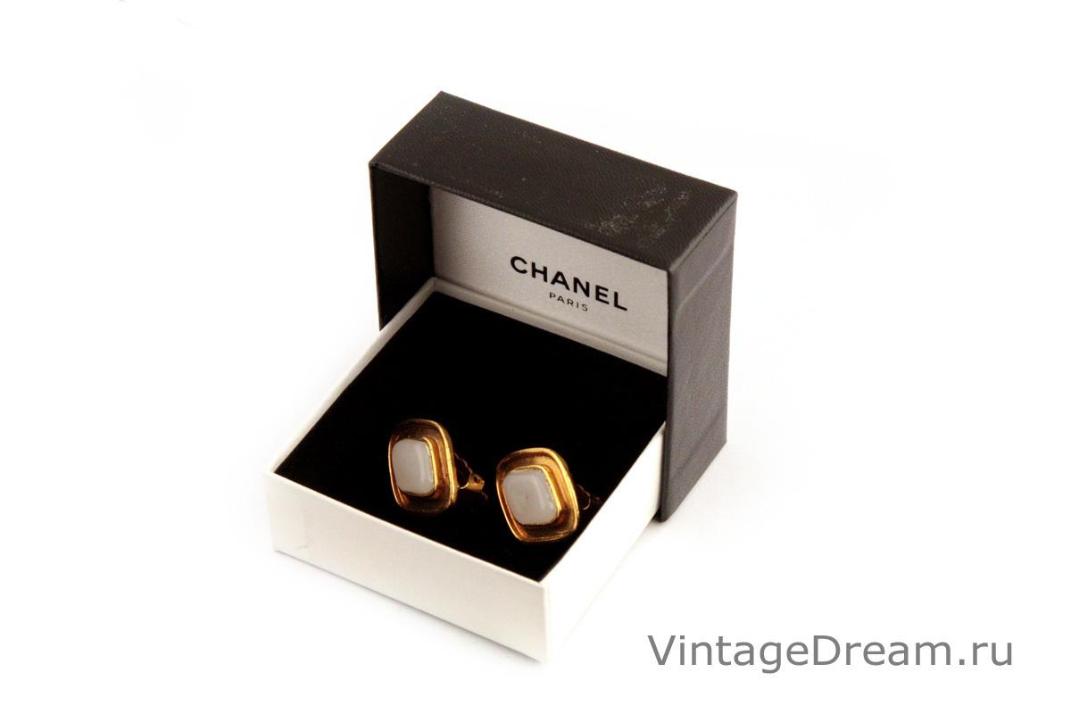 Элегантные ромбовидные клипсы со стеклом Грипуа (Gripoix) белого цвета от Chanel