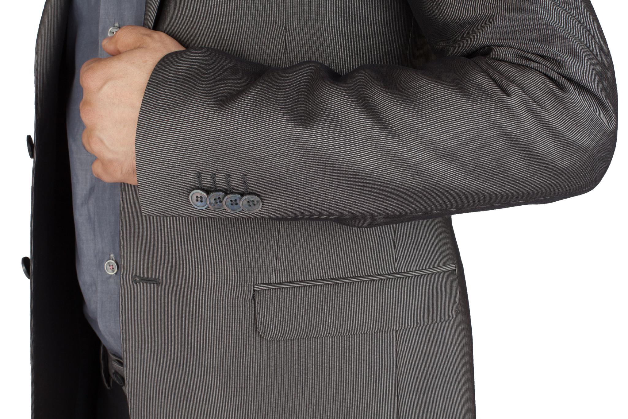Серый немного блестящий шерстяной костюм продюсера рок-группы, накладной карман