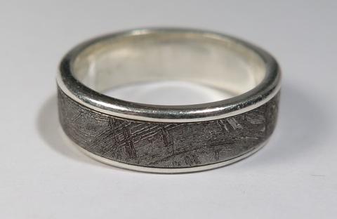 Серебряное кольцо с вставкой из метеорита