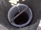Установка кольца в шахту колодца