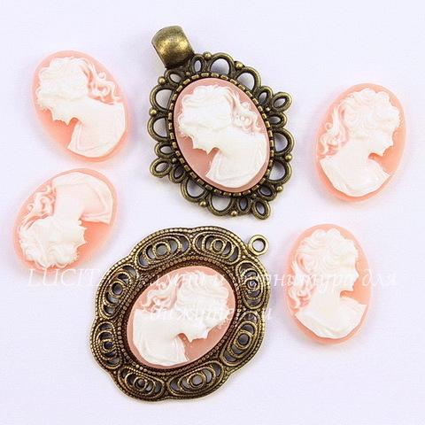 "Камея ""Девушка с хвостиком"" белого цвета на розовом фоне 18х13 мм, пара"