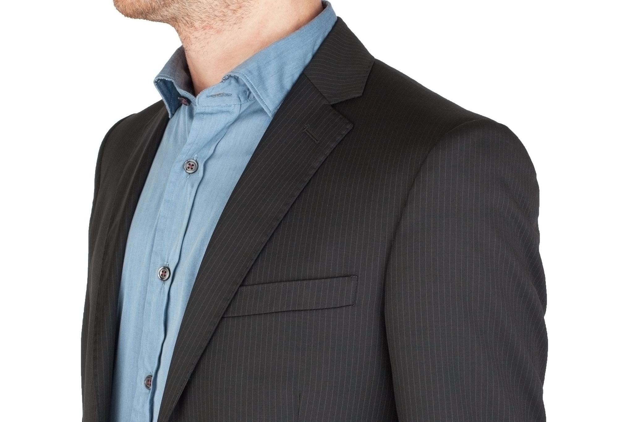 Чёрный костюм в тонкую полоску из 100%-ной шерсти, нагрудный карман