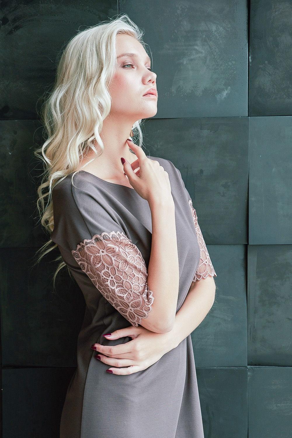 Платье З429а-824 - Женственное платье выполнено в пастельном цветовом оттенке. Кружевная отделка по низу спущенного рукава и глубокого V-образного выреза на спине подчеркивает утонченность женской красоты. Ассиметричный подол платья слегка прикрывает колени. А-силуэт, расширяющийся низ платья выигрышно демонстрирует достоинства женской фигуры.Платье вас выручит при любых событиях, когда требуется надеть стильный и красивый наряд