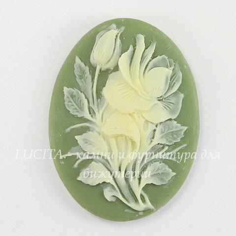 "Камея ""Цветок"" цвета слоновой кости на зеленом фоне 40х30 мм"