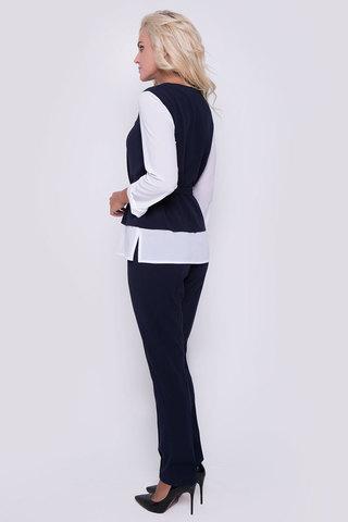 Деловой брючный костюм оригинального кроя. Блузон имитирует жилет с рубашкой. На талии пояс. Брюки классического кроя на резинке. (Длина брюк: 100см; длина блузона: 44-63см; 46-64см; 48-65см; 50-65см;)