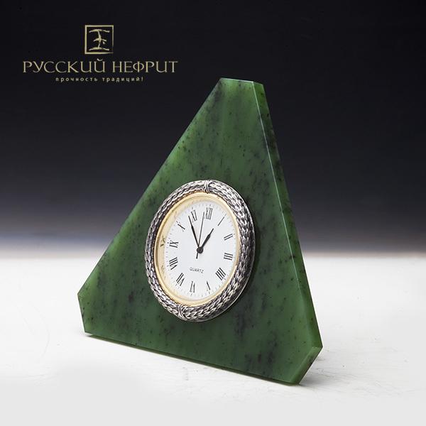 Часы настольные из зеленого нефрита.
