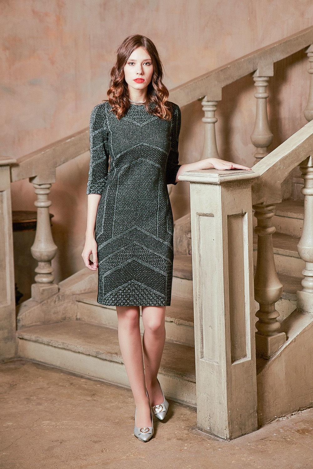 Платье З430-231 - Трикотажное практичное платье сдержанного стального цвета с оригинальным геометрическим узором. Прилегающий силуэт, скромный вырез горловины, рукав ¾, длина на ладонь выше колена – все продумано, чтобы максимально тонко подчеркнуть вашу женственность.Секрет восхитительного мерцания платья создан вплетением блестящих металлических нитей. Платье выглядят красиво и дорого.Другим преимуществом является наличие хлопка в составе ткани. Натуральные волокна обладают прекрасными гигиеническими качествами. Они не вызывают раздражения кожи. Платье превосходно садится по фигуре и хорошо держит форму, не вытягиваются в носке. Трикотаж с блеском эластичен.Платье относится к стилю кэжуал-глэм и смотрится естественно и шикарно