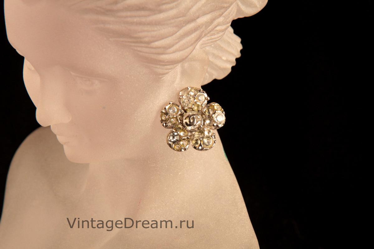 Стильные клипсы в виде камелий от Chanel.