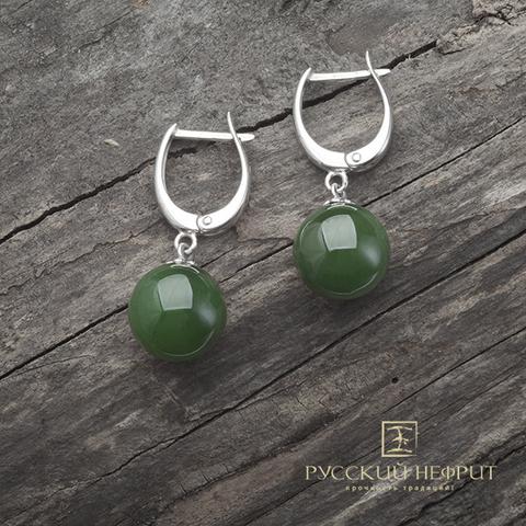 Сережки из серебра с натуральным зеленым нефритом.
