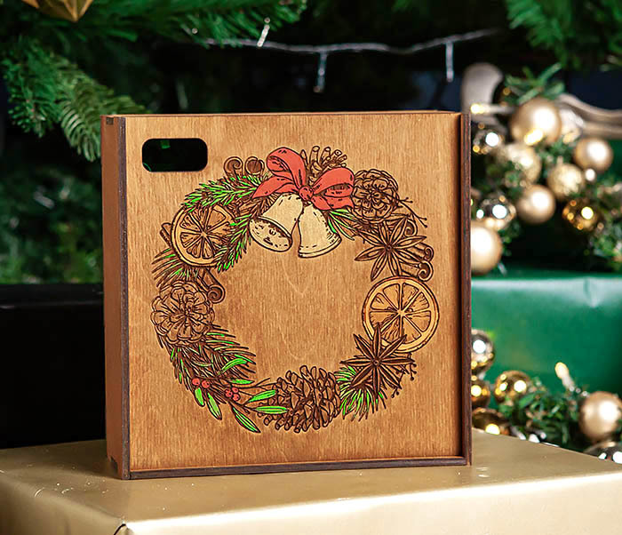 BOX255-2 Новогодняя коробка для подарков с венком (17*17*7 см)