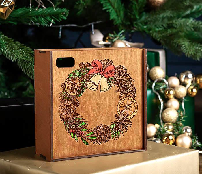 BOX255-2 Новогодняя коробка для подарков с венком (17*17*7 см) фото 02