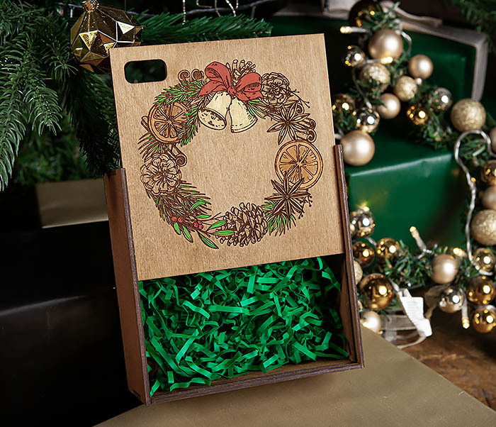 BOX255-2 Новогодняя коробка для подарков с венком (17*17*7 см) фото 05