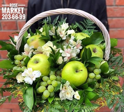 Цветы в корзинке с яблоками и виноградом #1796