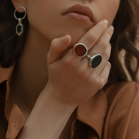 Signet ring with intaglio 17.5 (black onyx, oval)