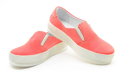 Слипоны на толстой подошве кожаные Лель (LEL) для девочек, цвет коралловый. Изображение 8 из 13.
