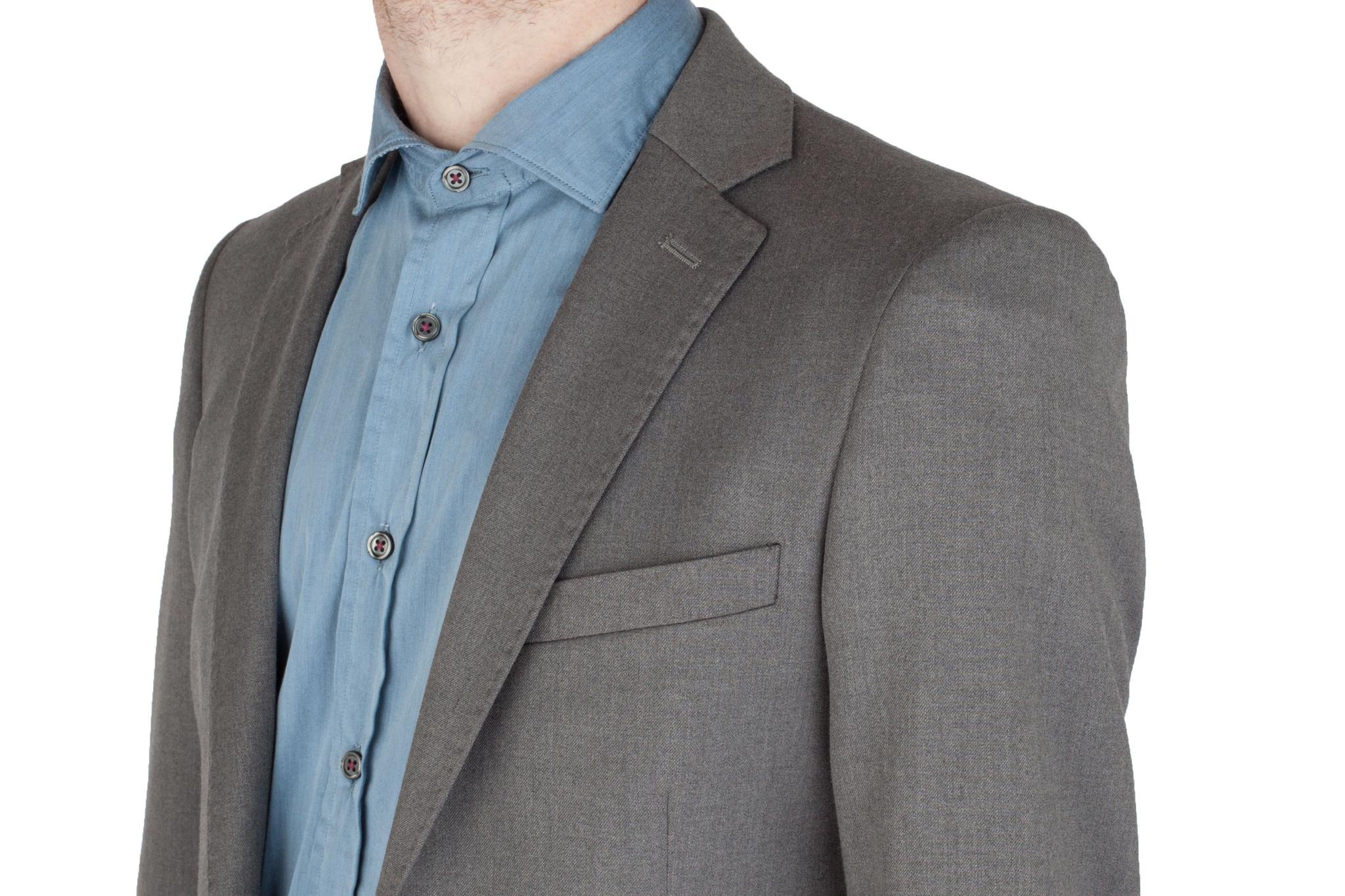 Серый однотонный шерстяной костюм, нагрудный карман