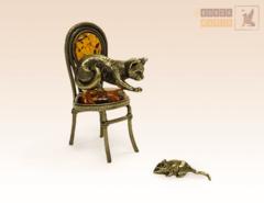фигурка Кот на стуле охотится за мышкой