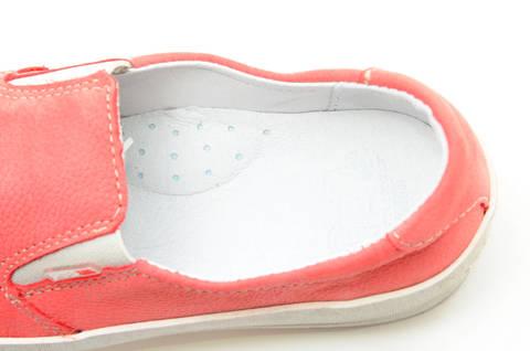 Слипоны на толстой подошве кожаные Лель (LEL) для девочек, цвет коралловый. Изображение 12 из 13.