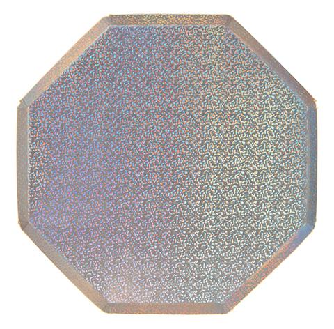 Большие сверкающие серебряные тарелки