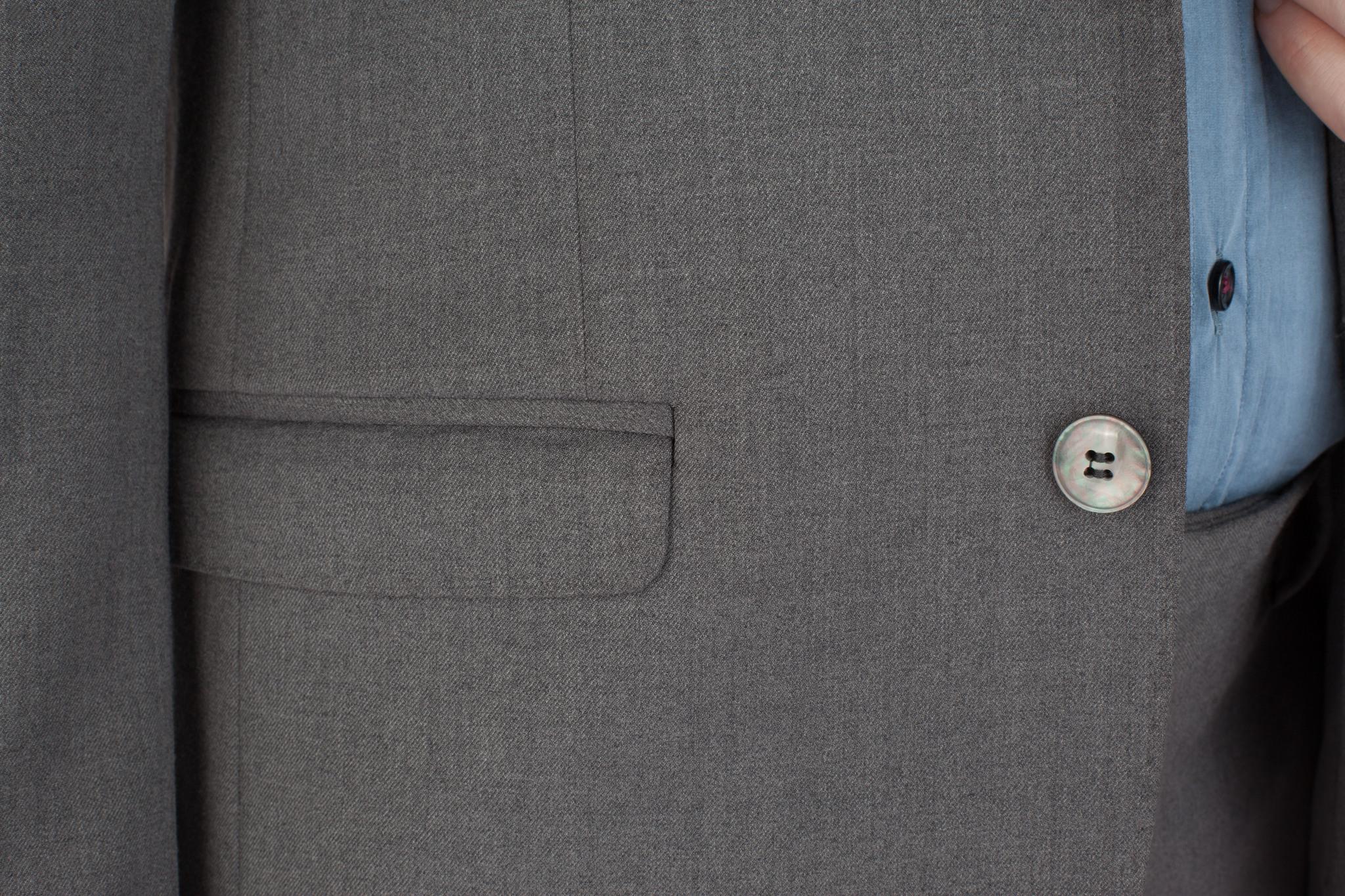 Серый однотонный шерстяной костюм, накладной карман
