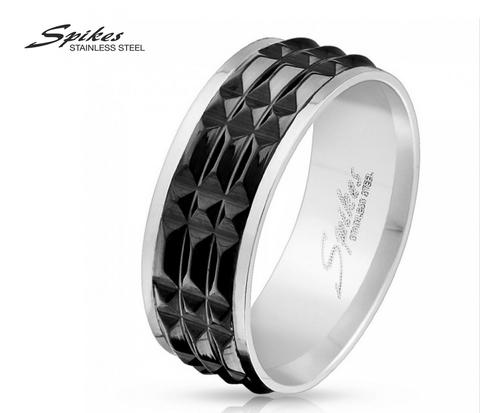 Рельефное мужское кольцо из стали черного цвета фирмы «Spikes»