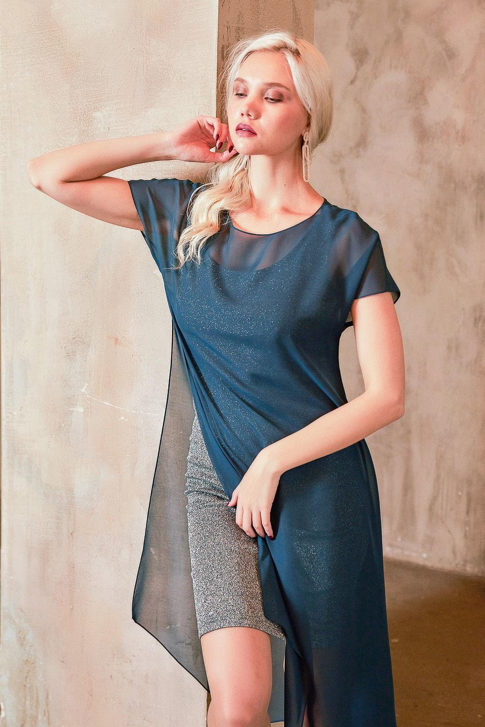 Платье З431-217 - Короткое прилегающее платье-майка переливающегося сиянием однотонного стального цвета.Оно отличается свободным кроем, добавив к которому немного фантазии, можно создать замечательный и индивидуальный образ.Платье из поливискозы дарит вам приятную тактильную мягкость, а эластан обеспечивает безупречную посадку по фигуре, эластичность и упругость.Платье эффектно подчеркивает контуры тела. Сочетает в себе удобство и практичность. В комплекте с лёгкой полу-прозрачной накидкой великолепно подойдет для создания вечернего образа.