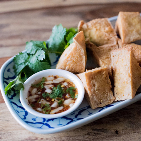 https://static-eu.insales.ru/images/products/1/5538/124892578/fried_tofu_with_sweet_chili_sauce.jpg