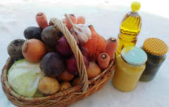 Набор с домашними овощами, медом, маслом и огурчиками