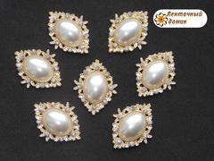 Камни овалы в золотом ромбовом обрамлении жемчужные белые