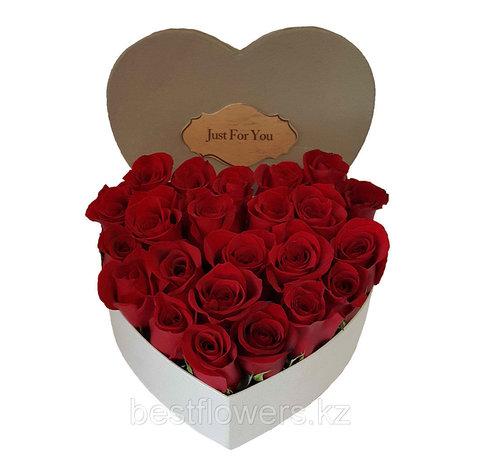 Сердце в коробке из красных роз 2