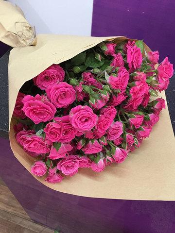 Букет из 19 малиновых кустовых роз