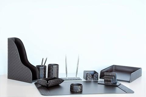 На фото набор на стол руководителя артикул 60615-EX/CT 10 предметов выполнен в цвете темно-коричневый шоколад кожи Cuoietto Treccia и Cuoietto. Возможно изготовление в черном цвете.