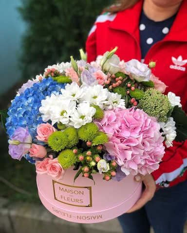 Стильная композиция из летних и сезонных цветов в розовой коробке