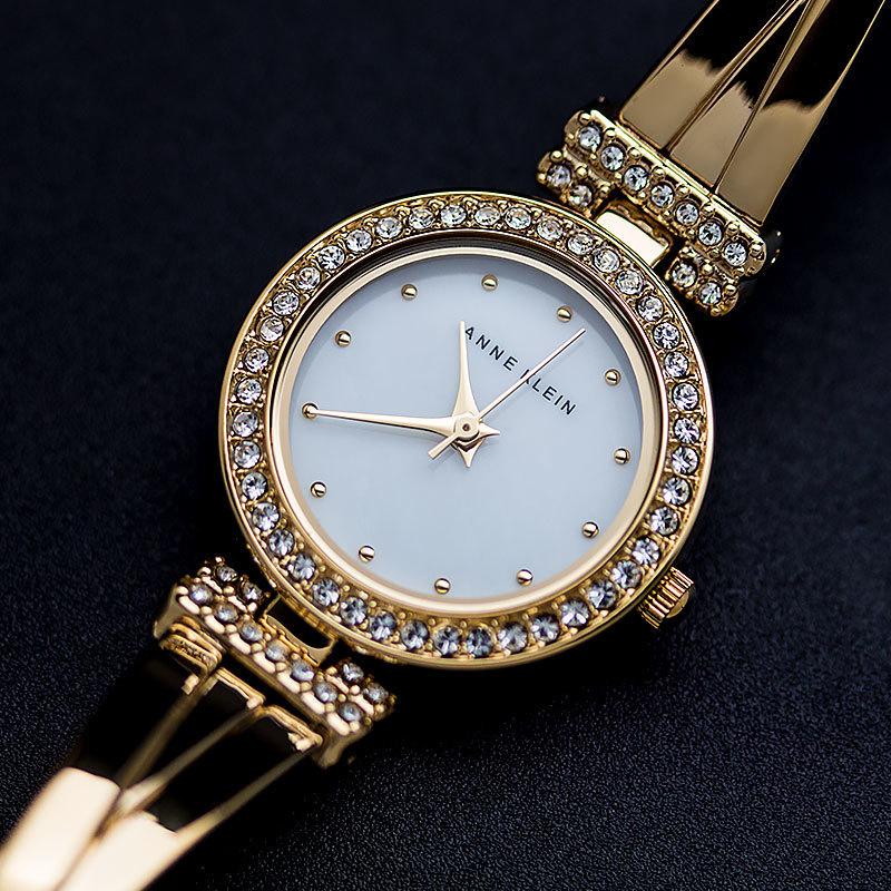 Часы anne klein для торжественных случаев могут быть инкрустированы бриллиантами и украшены натуральным перламутром.