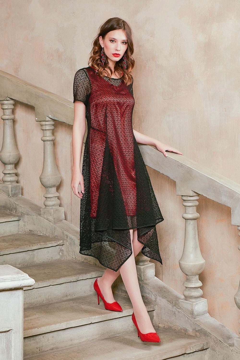 Платье З432-419 - Пронзительно яркое женственное двухслойное платье. В комплекте идёт сразу основы двух цветов!Нижний слой завораживает роковым алым цветом. Нижнее платье прямого силуэта с V-образным вырезом и длиной выше колена. Верхняя часть – свободная прозрачная кружевная накидка черного монохромного тона с ассиметричным расклешенным подолом. Кружевное полотно оченьЭффектно подчеркивает красоту женских ног и придает общему образу женственность и хрупкость.