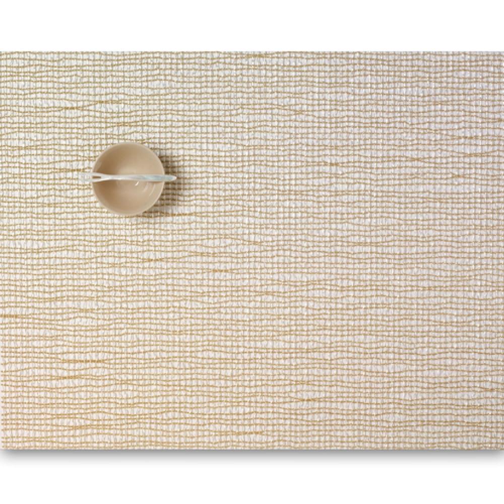 Салфетка подстановочная, жаккардовое плетение, винил, (36х48) Gold (100124-004) CHILEWICH Lattice арт. 0117-LATT-GOLDСервировка стола<br>Салфетки и подставки для посуды от американского дизайнера Сэнди Чилевич, выполнены из виниловых нитей — современного материала, позволяющего создавать оригинальные текстуры изделий без ущерба для их долговечности. Возможно, именно в этом кроется главный секрет популярности этих стильных салфеток.<br>Впрочем, это не мешает подставочным салфеткам Chilewich оставаться достаточно демократичными, для того чтобы занять своё место и на вашем столе. Вашему вниманию предлагается широкий выбор вариантов дизайна спокойных тонов, способного органично вписаться практически в любой интерьер.<br><br>длина (см):48материал:винилпредметов в наборе (штук):1страна:СШАширина (см):36.0<br>Официальный продавец CHILEWICH<br>
