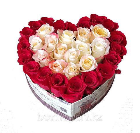 Сердце в коробке из белых и красных роз 6