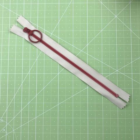 Молния  декоративная с колечком  30 см (красно-белая).