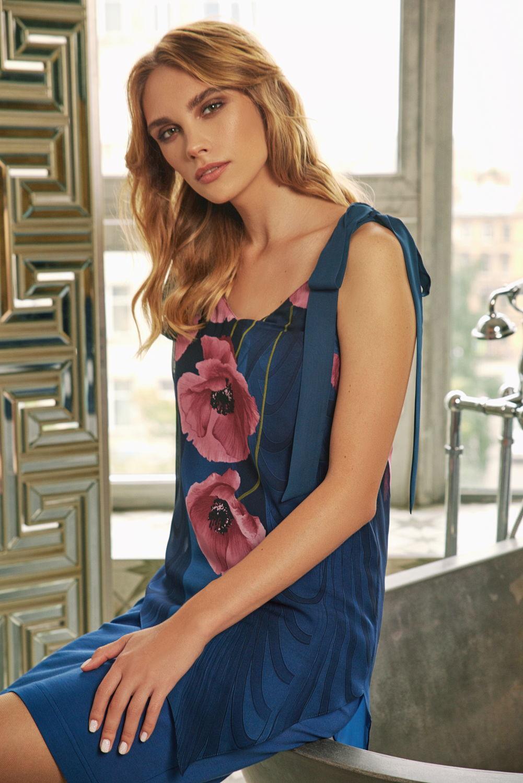 Платье З433-819 - Потрясающее комбинированное платье из дуэта тканей компаньонов одной цветовой гаммы. Юбка выполнена в однотонном насыщенном синем цвете. Гармонично дополняет низ легкая воздушная шифоновая верхняя часть платья с ассиметричным подолом.Украшают платье крупные распустившиеся маки приглушённого розового цвета. Широкие бретели, которые переходят в завязывающиеся элементы, открывают взору великолепие женских плеч и области декольте. Привлекательное и соблазнительное платье.Свободный силуэт особенно подойдет тем, у кого нет четко обозначенной талии.Шикарный вариант для свиданий, коктельных вечеринок, вечерних образов и для других особых случаев