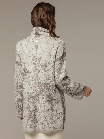 Женский джемпер серого цвета с высоким горлом - фото 3