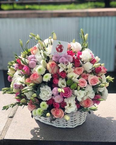Белоснежная корзина с цветами