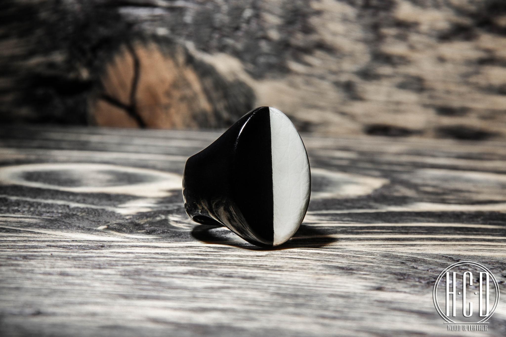 Деревянное кольцо с кожаной вставкой (Черный граб)