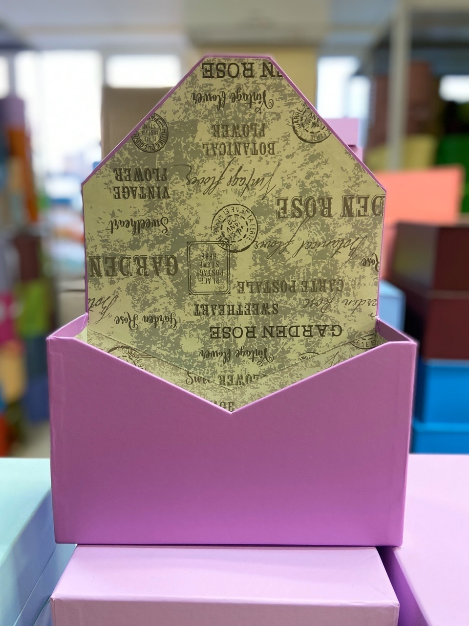 Картонная коробка для цветов в форме конверта . Цвет: лиловый  .  Розница 300 рублей .