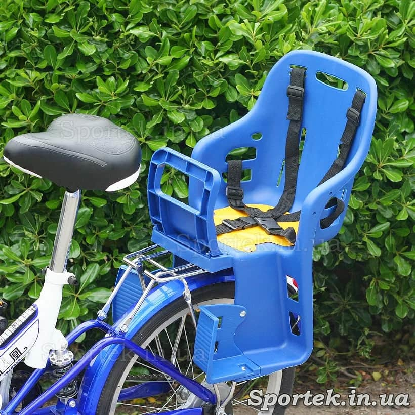 Пластмассовое велосипедное кресло для детей от 1 года и весом до 22 кг установленное на багажнике велосипеда