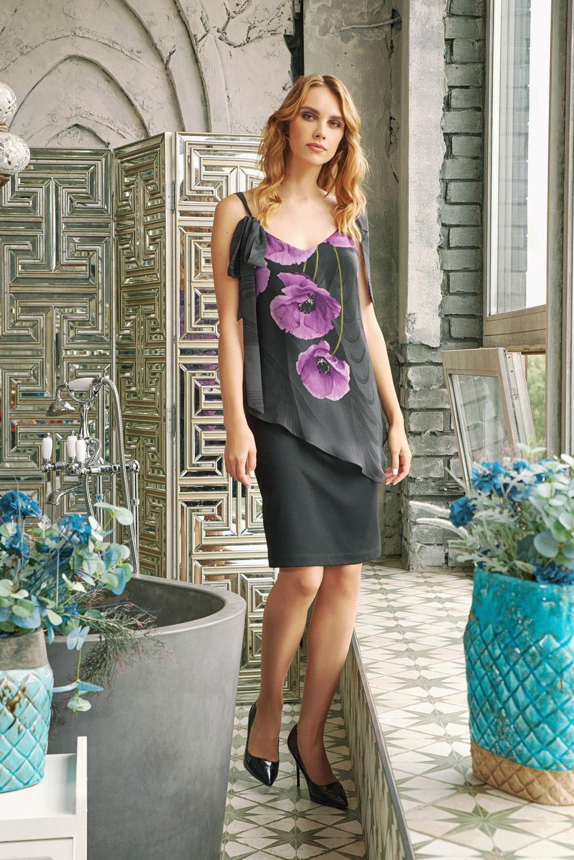Платье З433-823 - Комбинированное платье из дуэта тканей-компаньонов классического черного оттенка.Верхняя часть сшита из тонкого воздушного шифона с цветочным принтом в виде распустившихся маков лилового цвета. Юбка выполнена в консервативном стиле – прямого фасона длиной чуть выше колена монохромного черного цвета. Бретели переходят в завязывающиеся элементы и удачно демонстрируют красоту женской кожи, придают образу нотку соблазнительности.Платье мягкое и нежное для осязания за счёт вискозы в составе ткани. Благодаря нейлону в составе ткани платье очень легкое по весу, прочное, гладкое. Хорошую посадку обеспечивает эластан.Позвольте себе это роскошное женственное платье