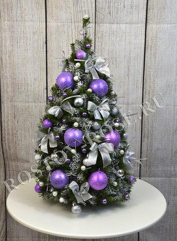 Новогодняя наряженная ель Фиалковое рождество