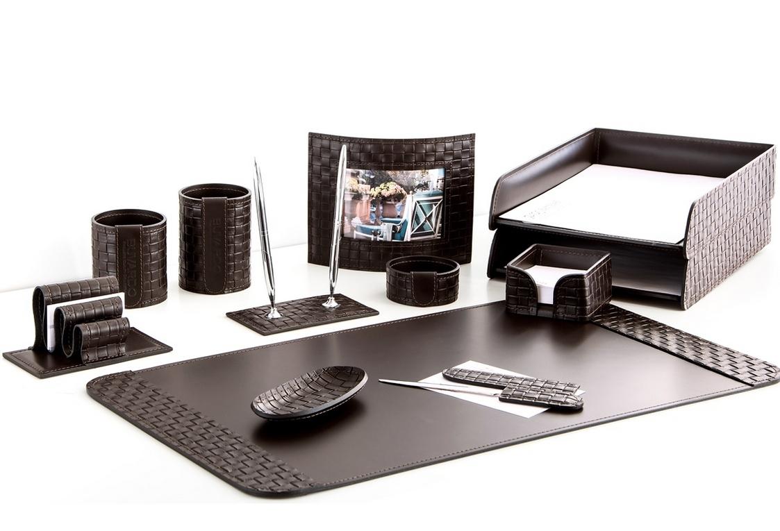 На фото набор на стол руководителя артикул 60815-EX/CT 12 предметов выполнен в цвете темно-коричневый шоколад кожи Cuoietto Treccia и Cuoietto. Возможно изготовление в черном цвете.