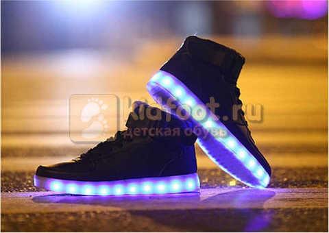 Светящиеся высокие кроссовки с USB зарядкой Fashion (Фэшн) на шнурках и липучках, цвет черный, светится вся подошва. Изображение 15 из 22.
